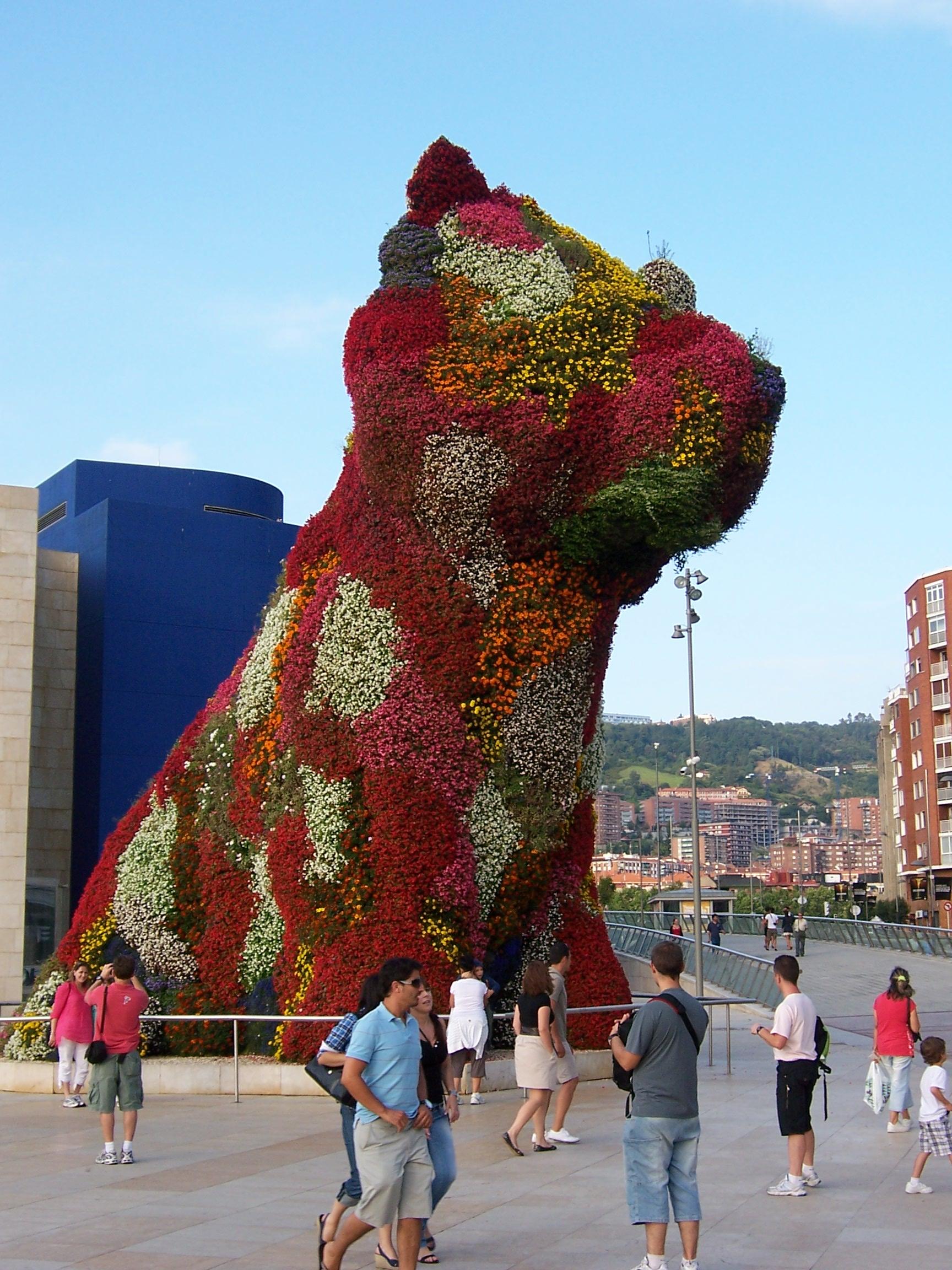 Vor dem Guggenheim-Museum in Bilbao